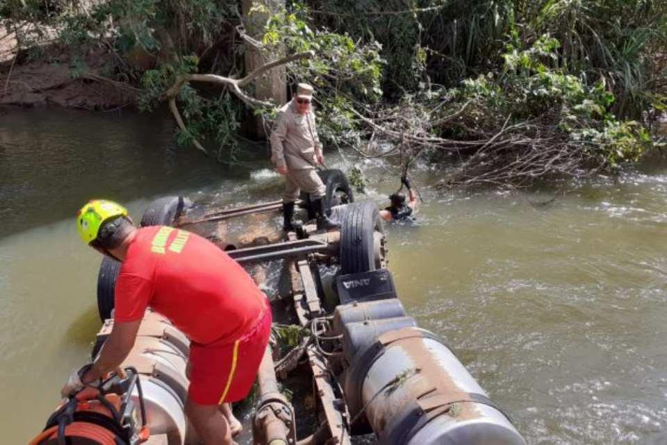 Corpo de Bombeiros trabalha em acidente com caminhão que caiu em Rio em Goiás