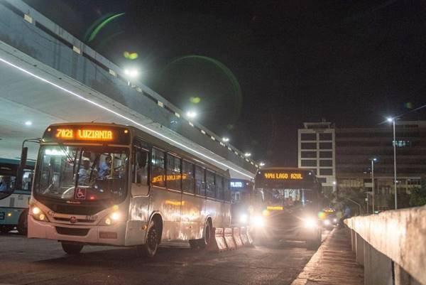 Dois ônibus na Rodoviária