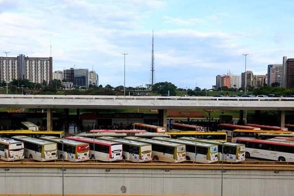 Dezenas de ônibus estacionados na Rodoviária
