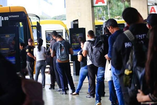 Passageiros embarcando em ônibus