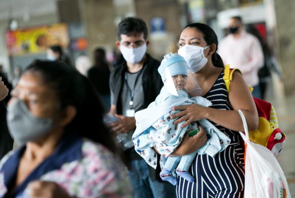 pessoas com máscara