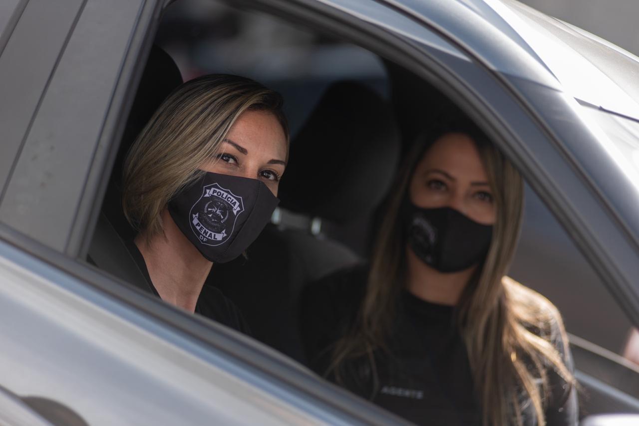 Policiais penais com máscara durante manifestação