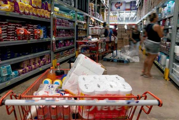 carrinho de compras cheio e prateleiras supermercado