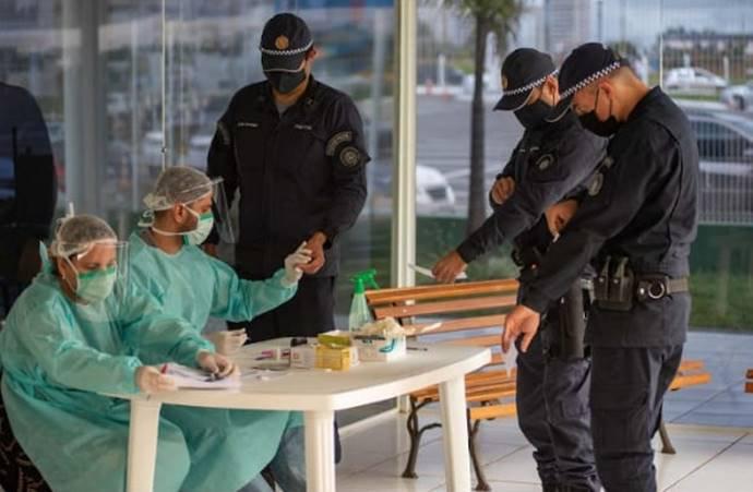 policiais fazendo exame de sangue