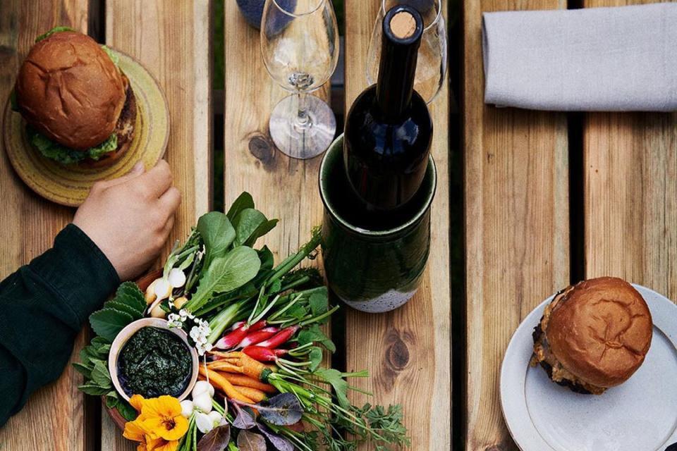 mesa do noma com hambúrguer e vinho