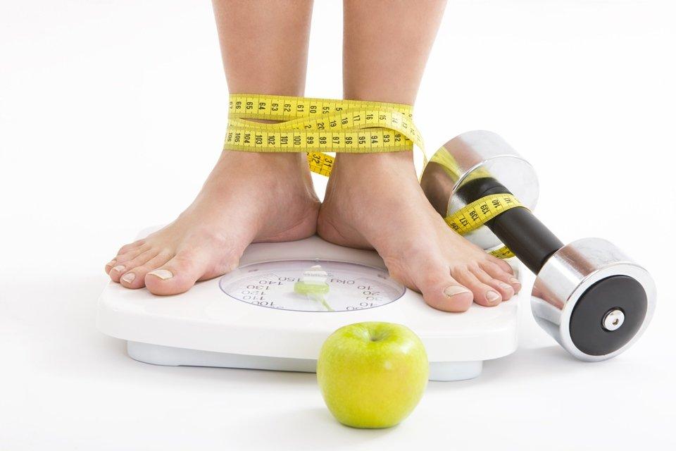 Balança, fruta e fita métrica
