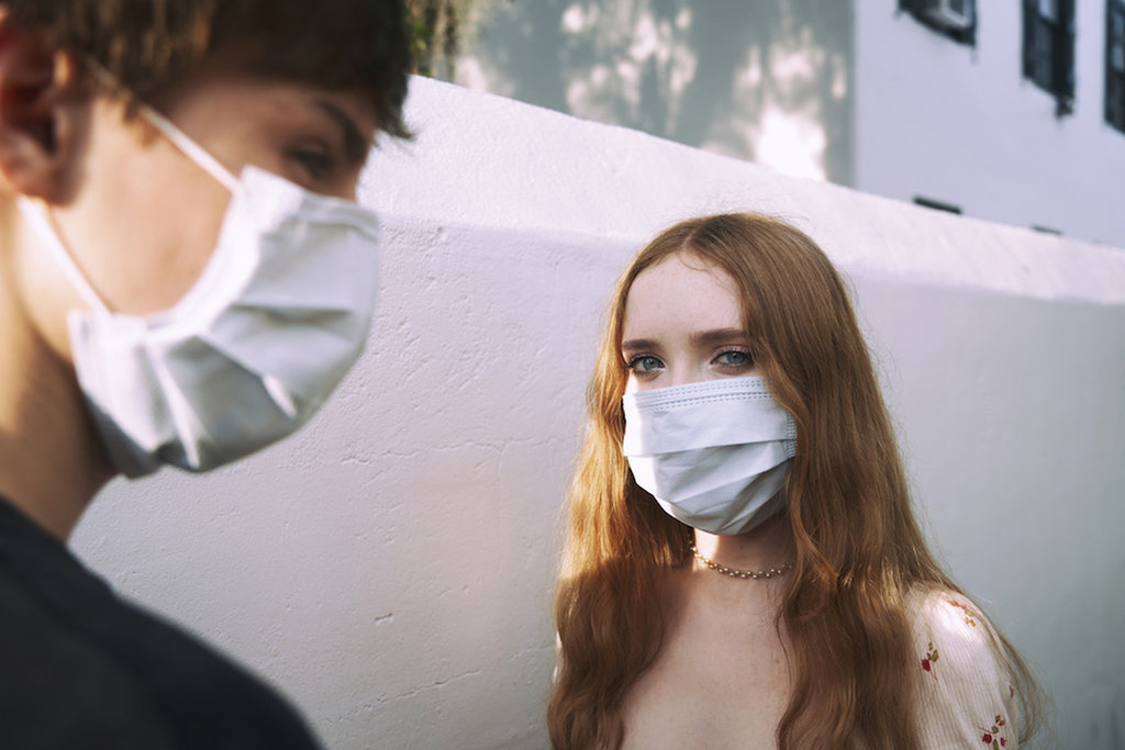casal usando máscara de proteção em tempos de coronavírus