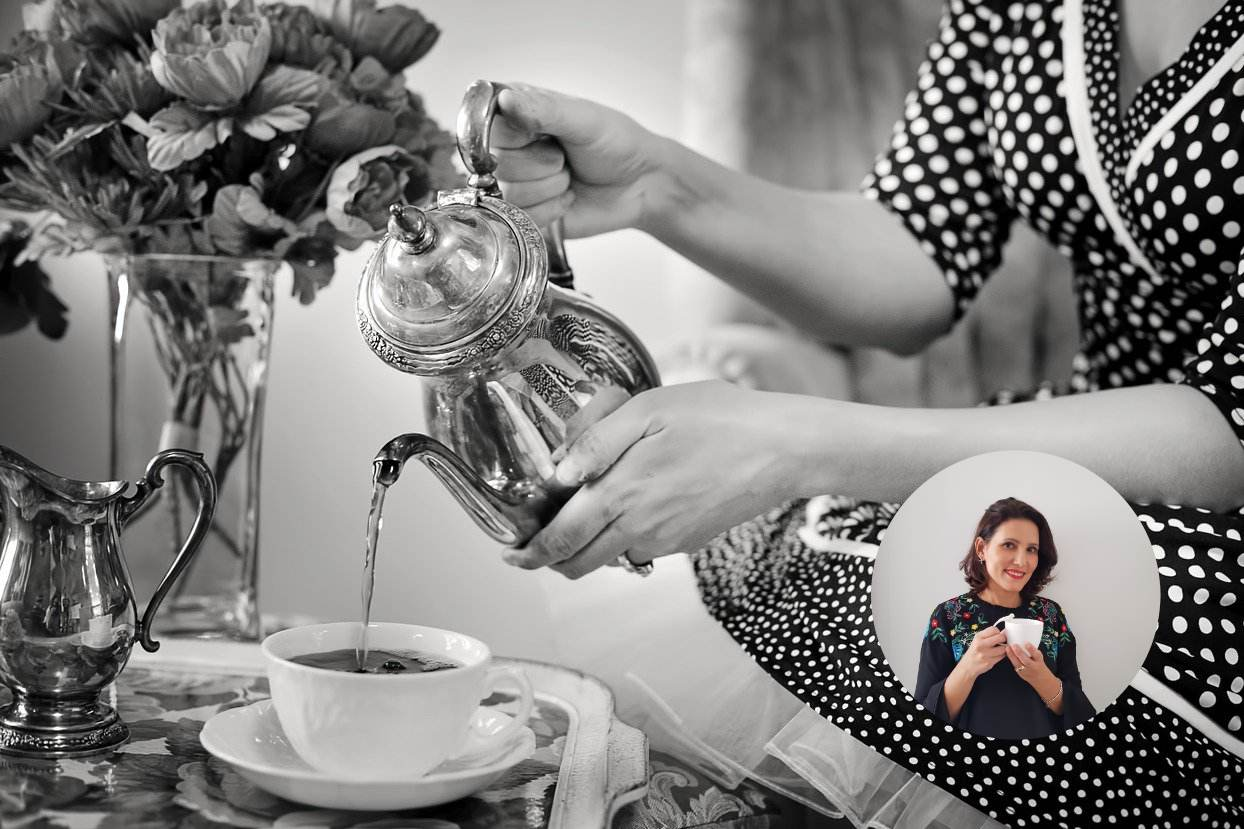mulher despeja chá em xícara