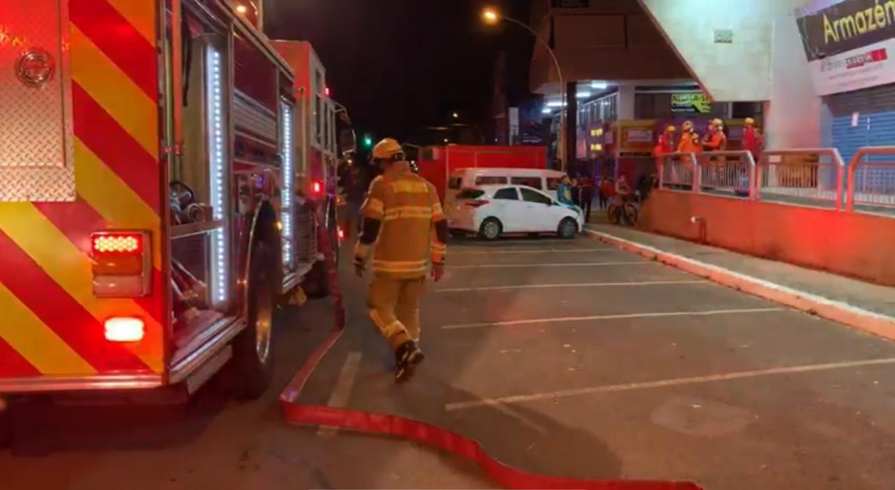 Bombeiros apagam incêndio na Asa Norte