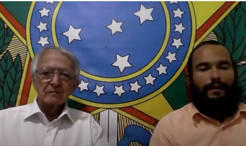 dois homens na frente de brasão