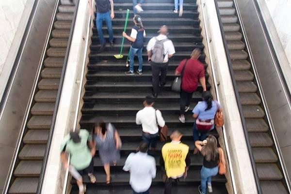 Pessoas subindo escadas da Rodoviária
