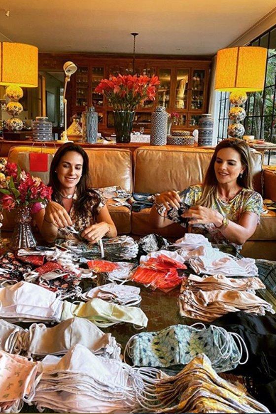 Andréa Cabrera e Claudia Salomão organizam máscaras