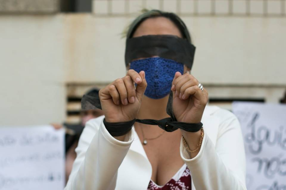 Parentes de detentos fazem manifestação na frente do Fórum Júlio Fabrini Mirabete, no SRTVS