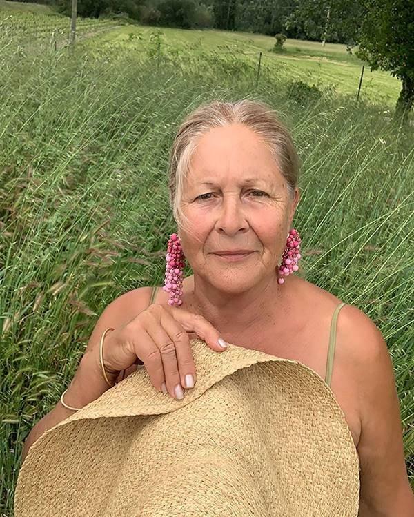 mulher segurando chapéu de palha