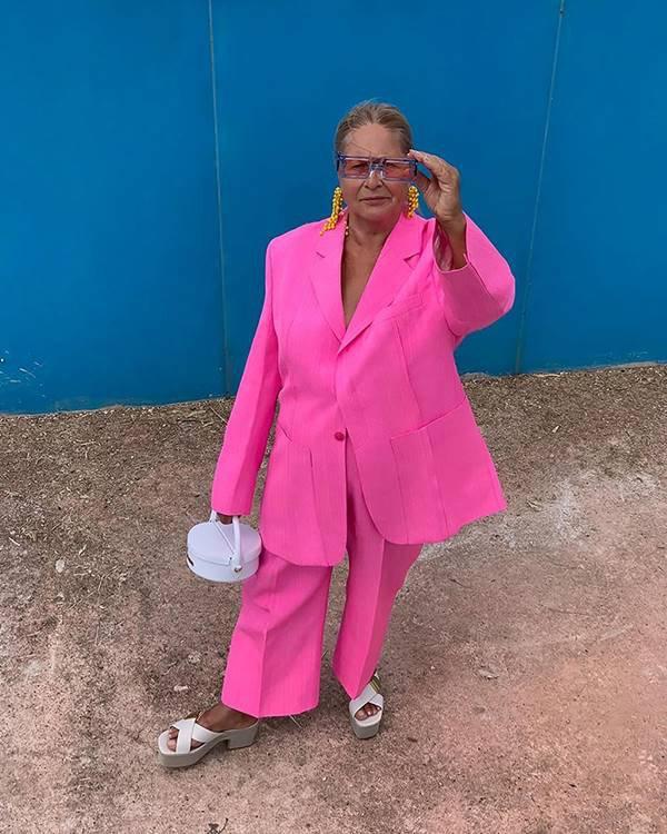 mulher com blazer rosa e calça
