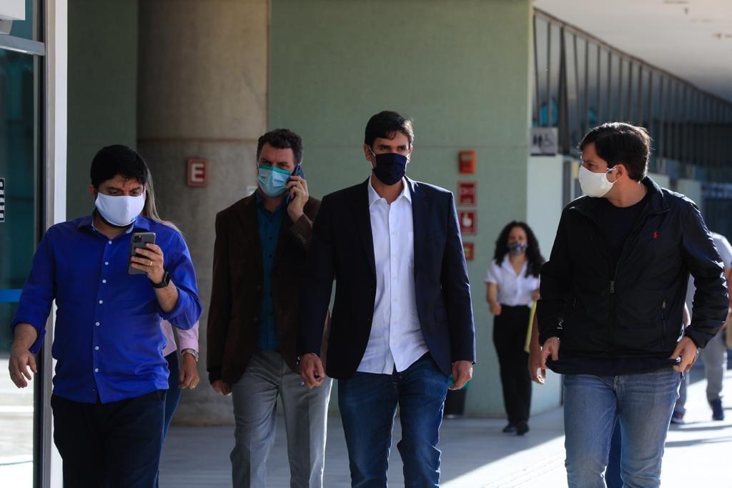 de máscara, deputados caminham na CLDF