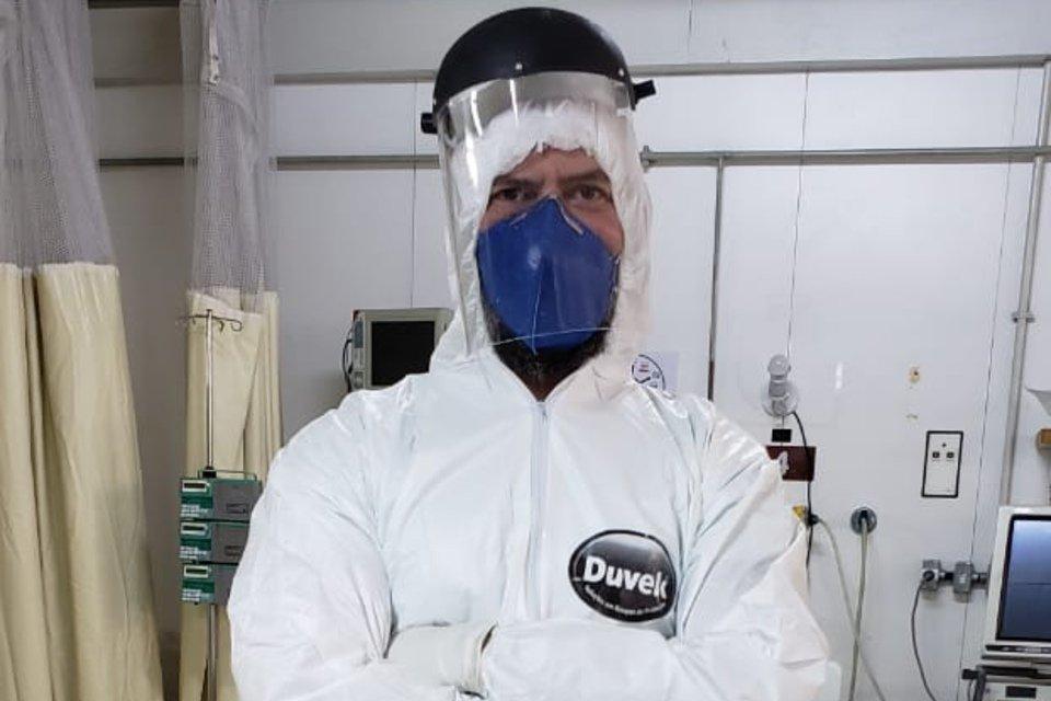 O médico intensivista Douglas Godoi paramentado para entrar na UTI do HRAN durante a pandemia do novo coronavírus