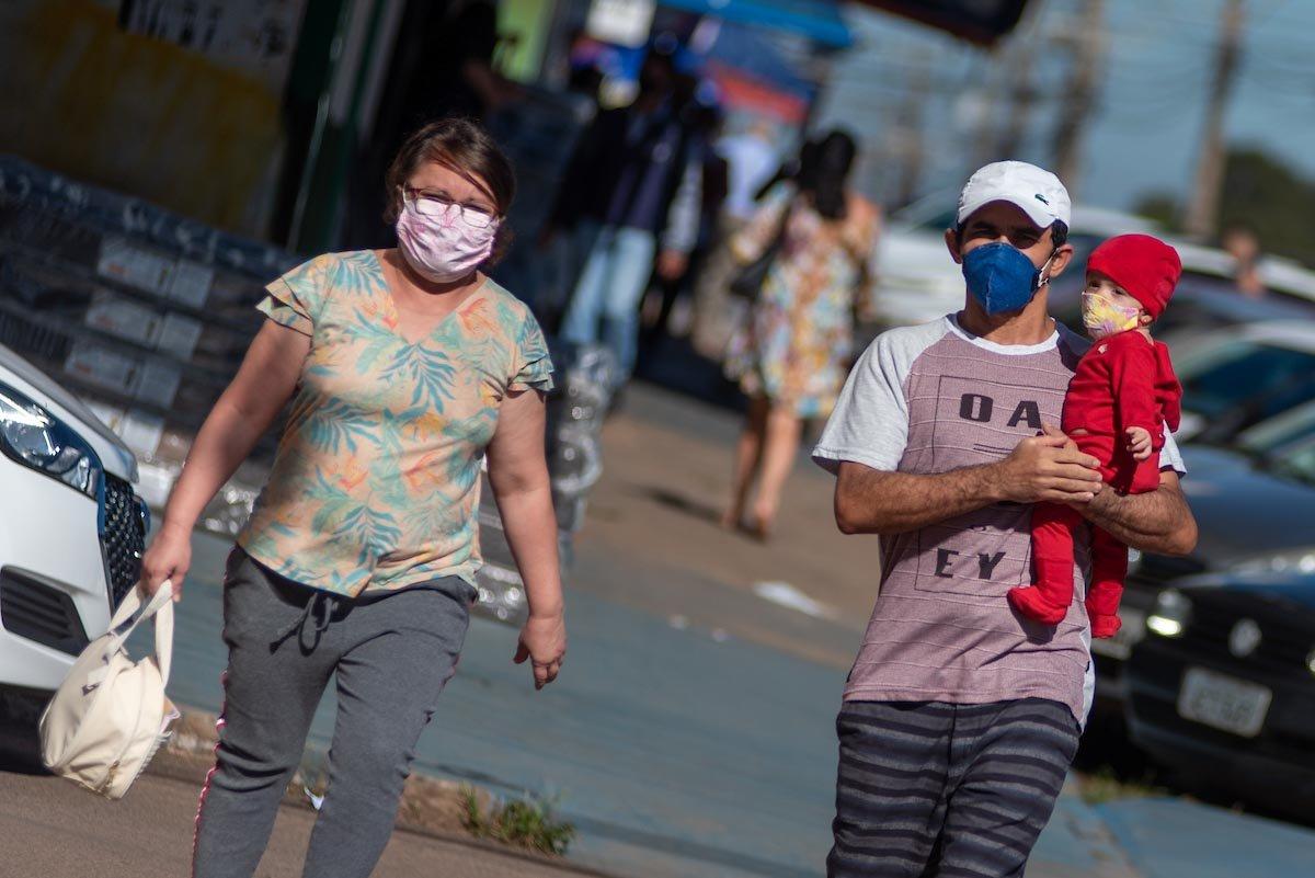moradores usam máscaras nas ruas do df