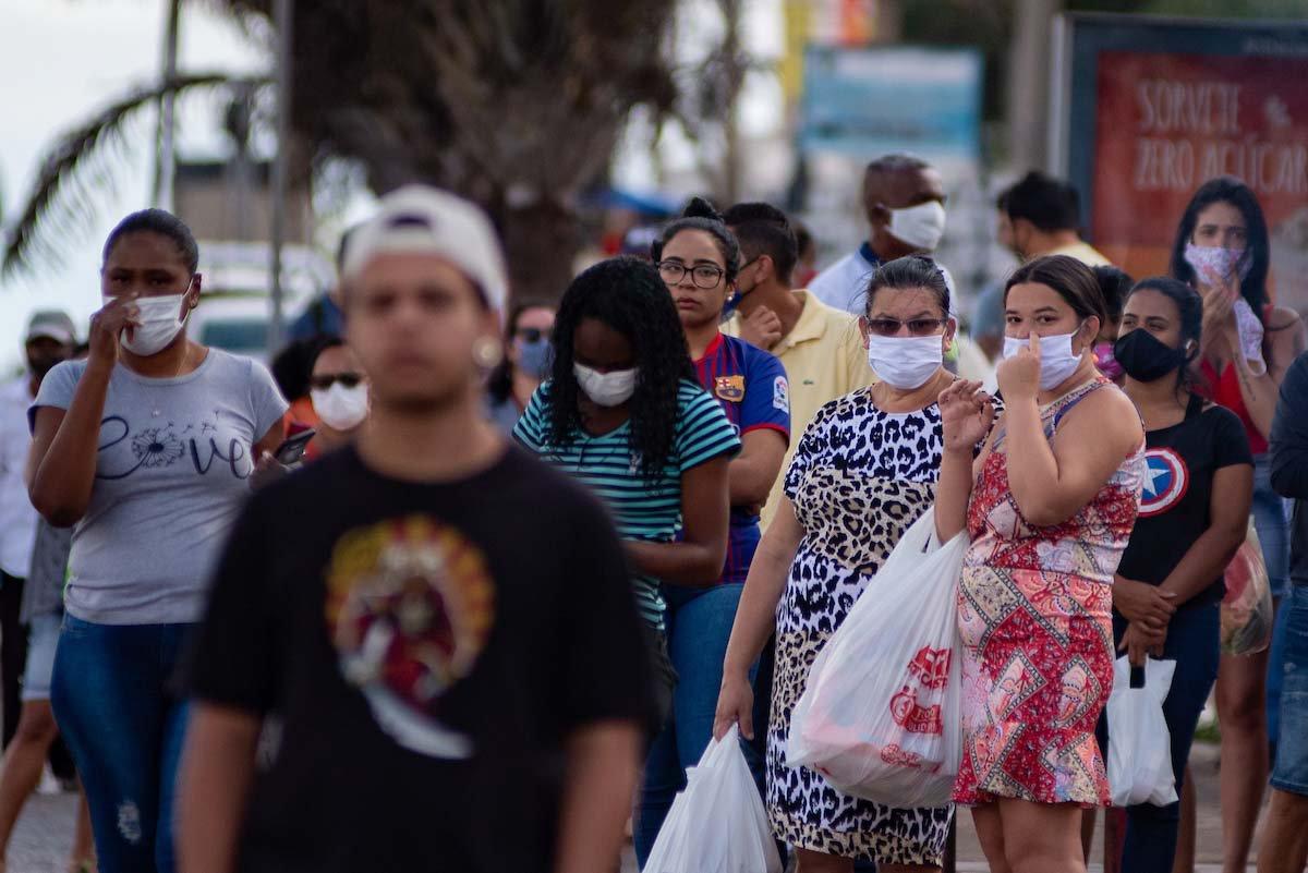 pessoas com máscaras nas ruas do DF