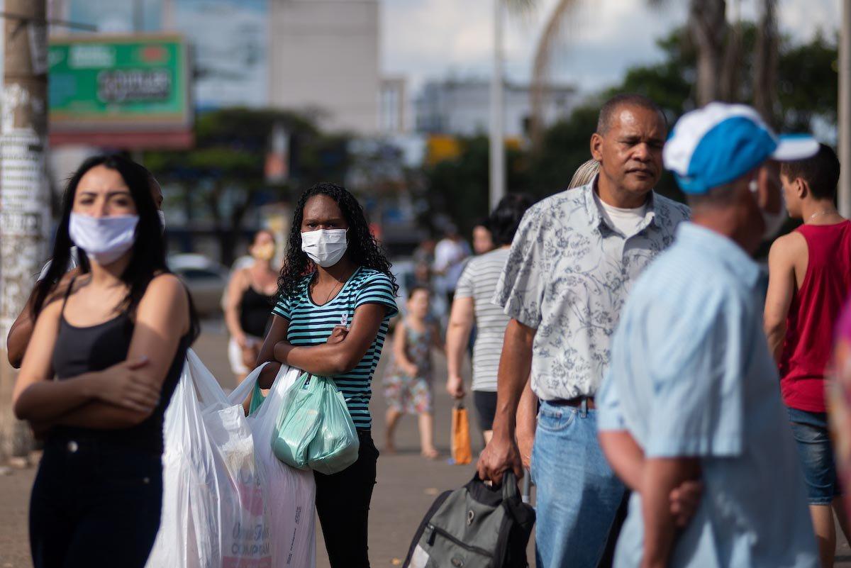 brasilienses usam máscaras nas ruas do df