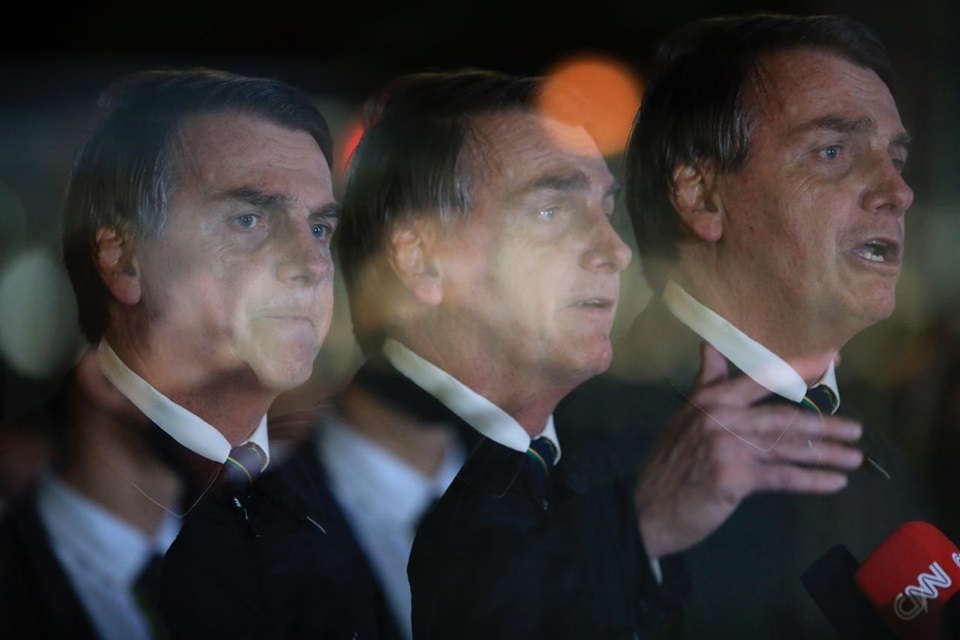 Foto de jair Bolsonaro, com imagens sobrepostas dele