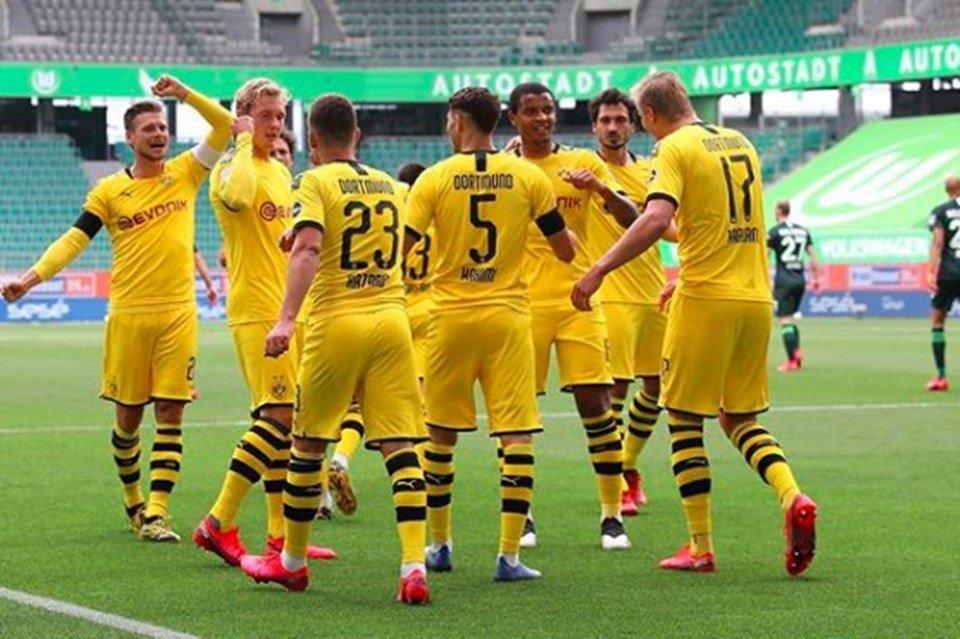 Jogadores do Borussia Dortmund comemoram gol
