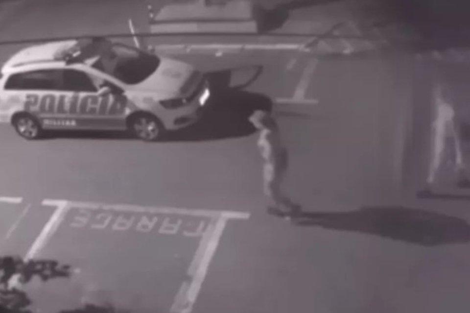 Carro da Polícia Militar atropela e arrasta morador de rua em Goiânia