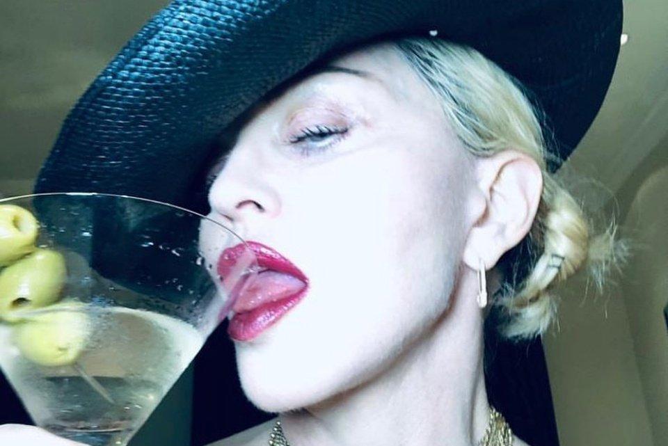 Madonna relembra foto de calcinha cavada e seios à mostra