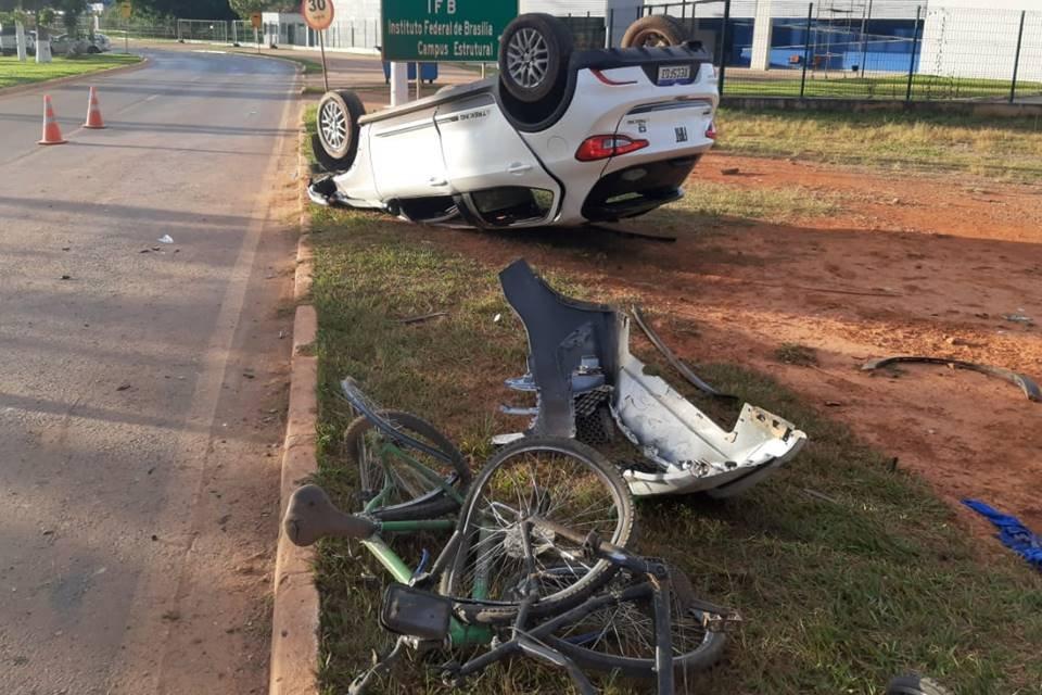 Carro atropela dois ciclistas e capota