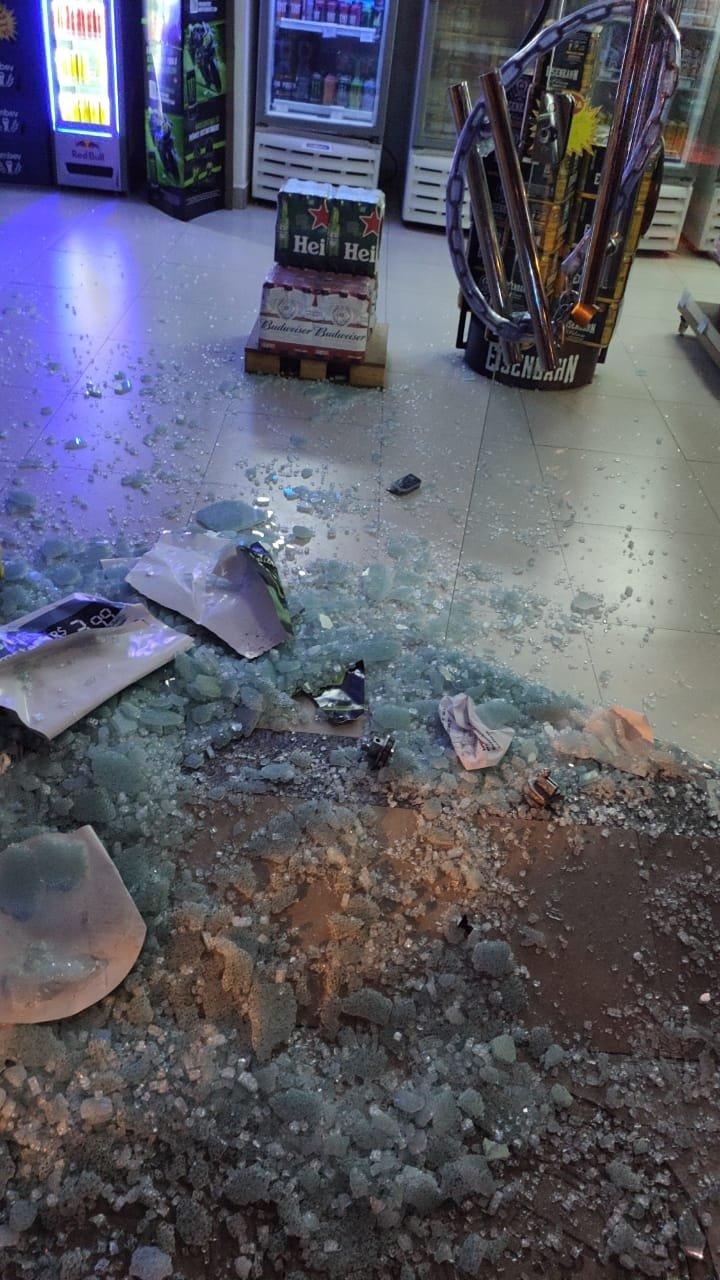 loja com vidro quebrado