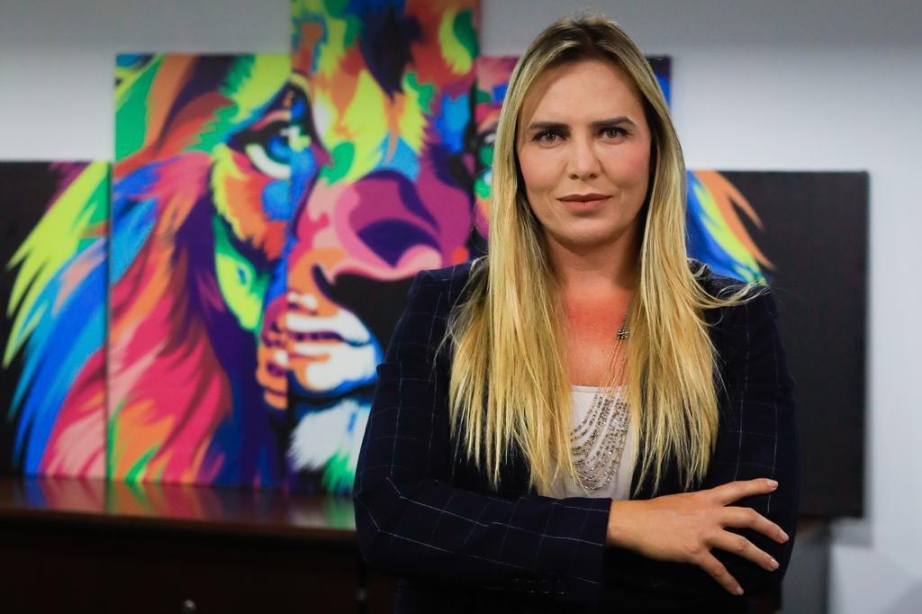 celina leão durante entrevista