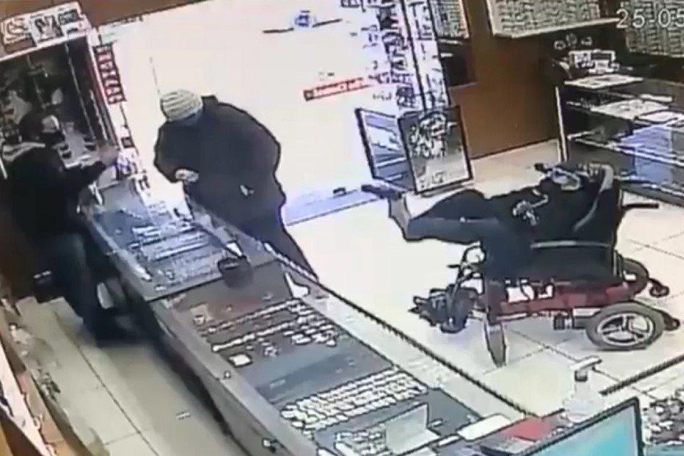 Cadeirante tenta assalta joalheria