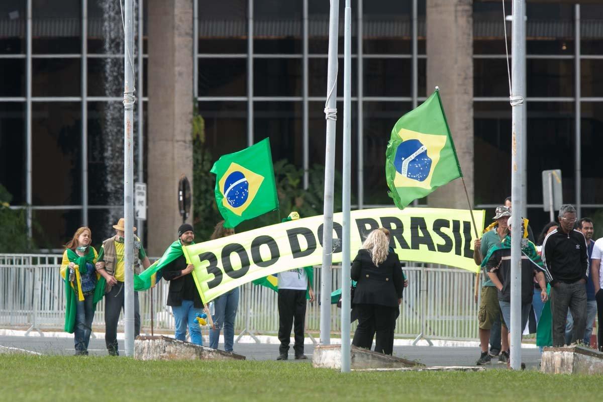 """Acampamento dos """"300 do Brasil"""". Grupo apoiador de Bolsonaro durante protesto na Esplanada"""