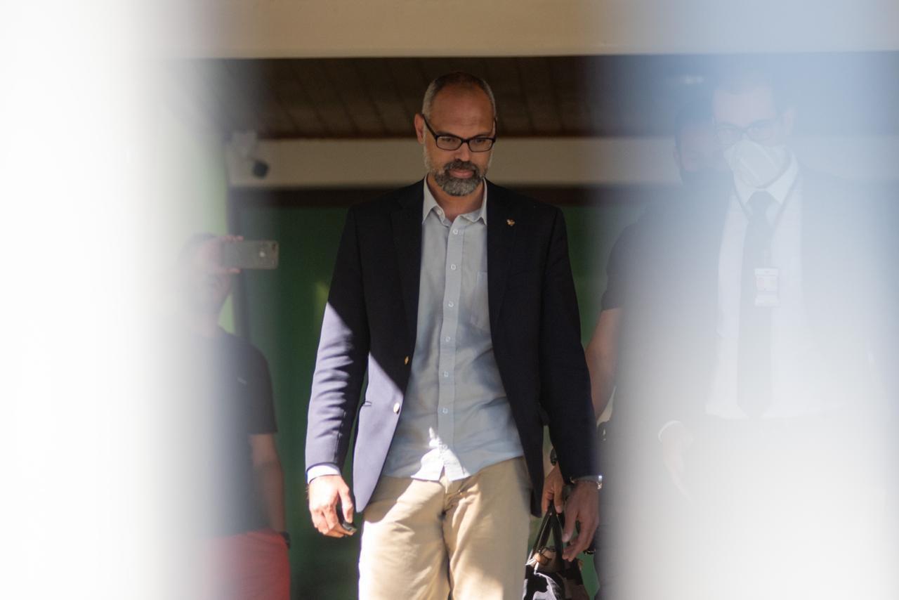 Allan dos Santos veste traje social