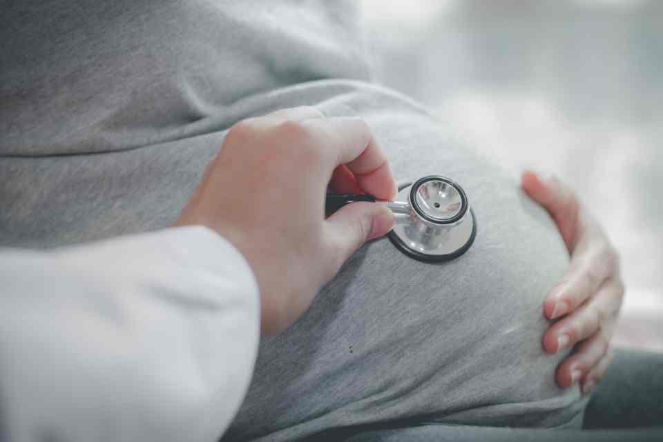 Médico consultando a grávida