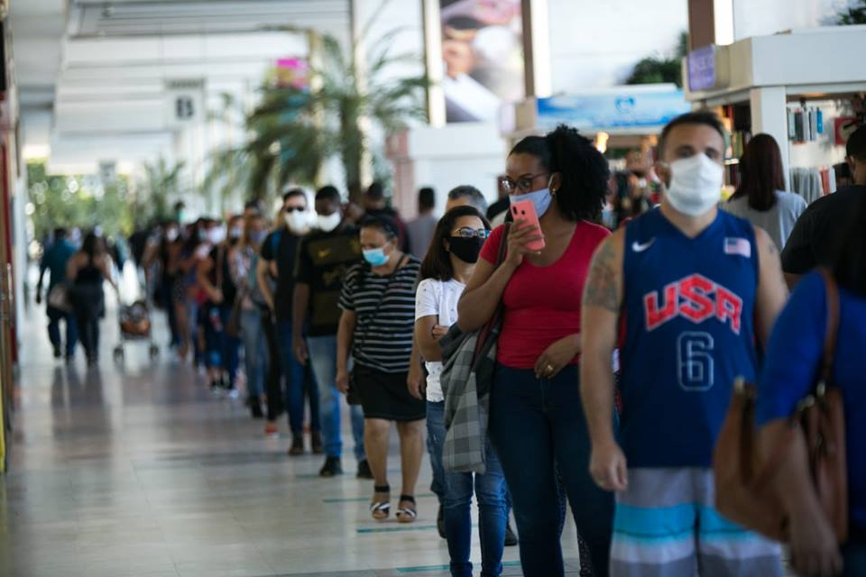 Conjunto nacional -reabertura de shopping provoca filas nas entradas.jpg