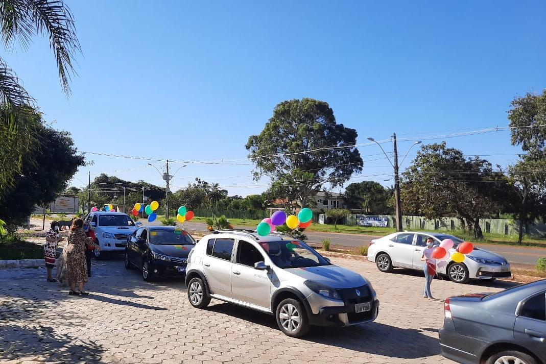 Carros e balões na rua
