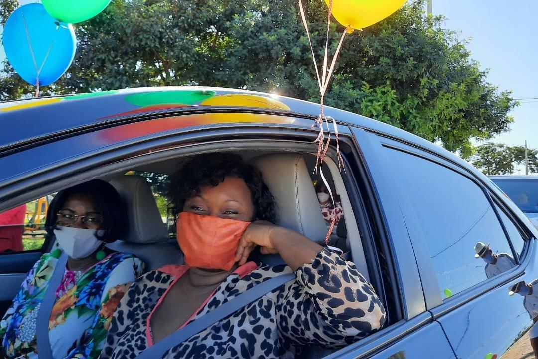 Mulheres de máscara dentro de carro
