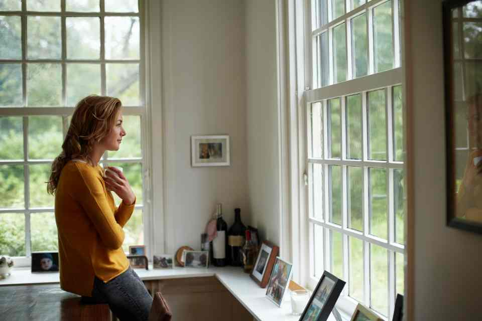 Mulher olhando a janela