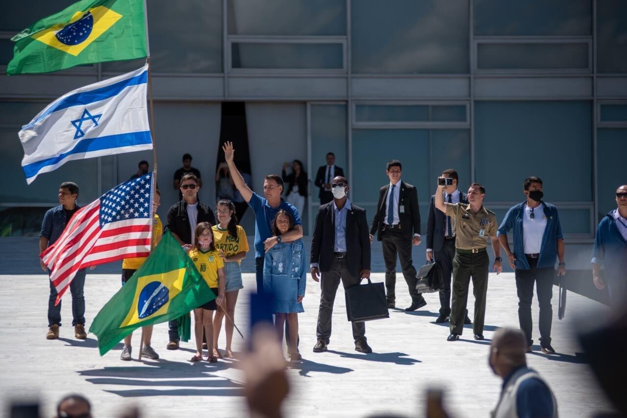 Bolsonaro na rampa com bandeira de Israel