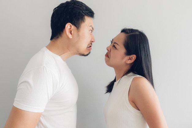 Casal asiático brigando