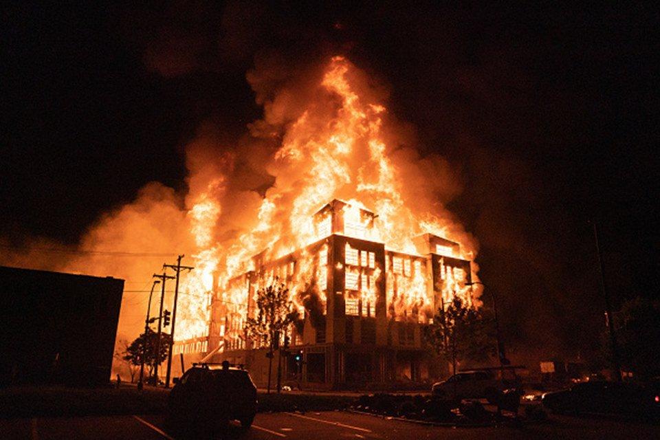 Prédio em chamas durante protesto em Minneapolis pela morte de George Floyd