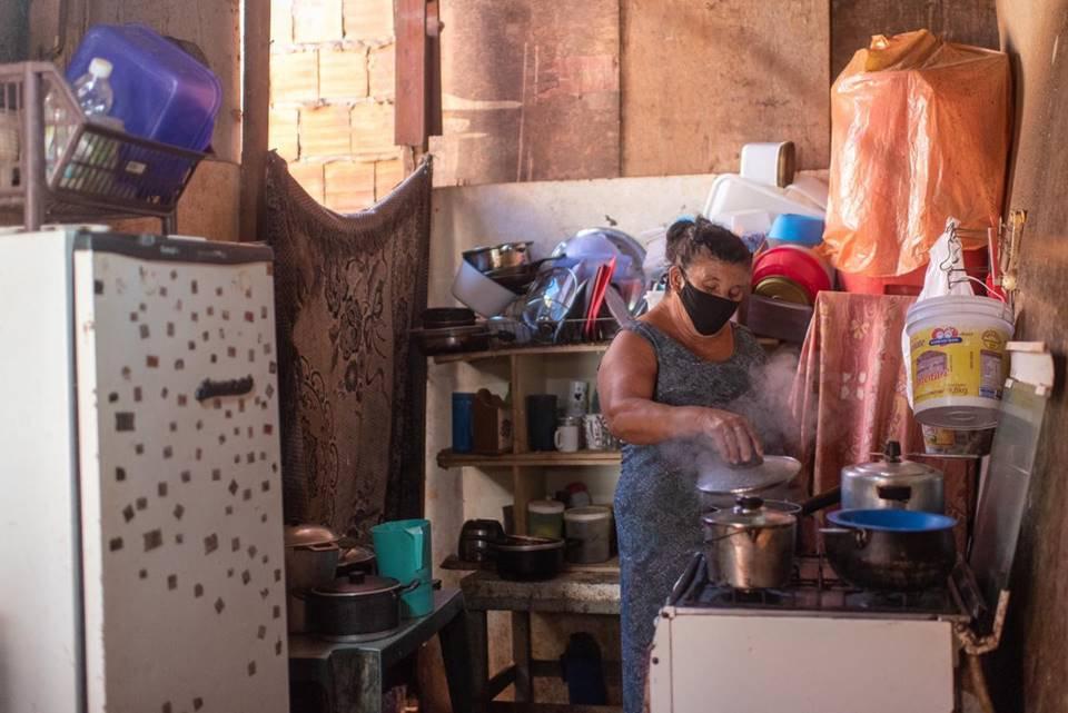 Dona de casa na cozinha