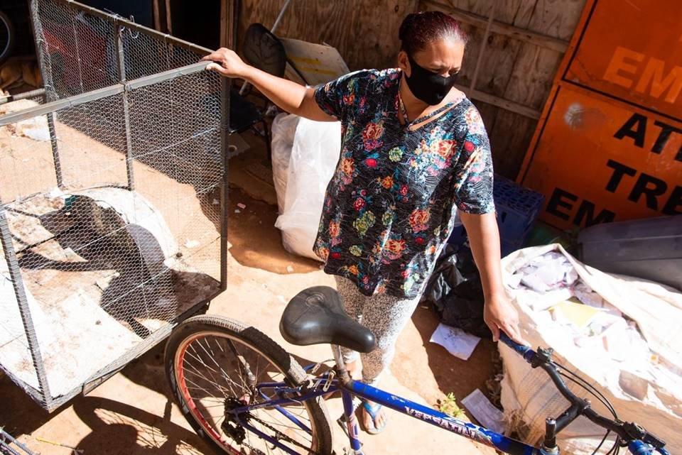 Catadora de lixo com bicicleta