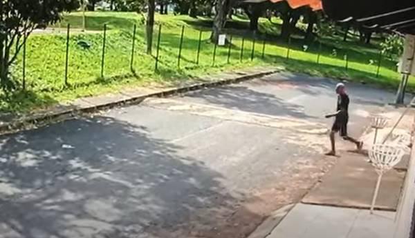 Homem bate em criança e rouba celular