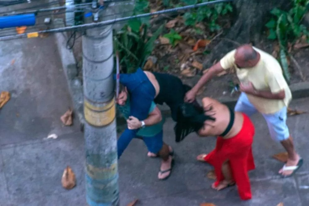 Ticyana D'Azambujja, de 35 anos, conta ter sido espancada nesse sábado (30/05)