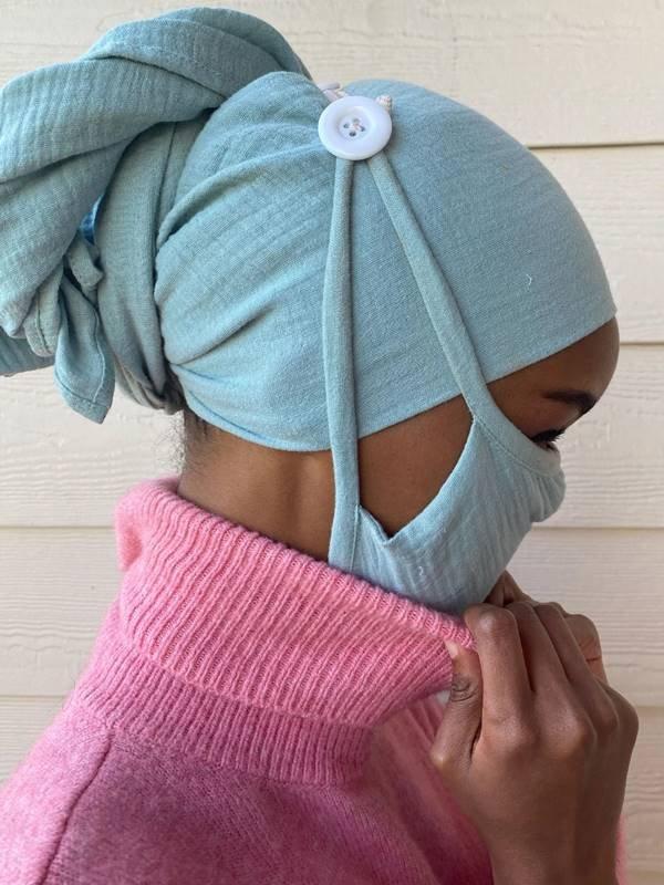 Modelo americana-somali Halima Aden com máscara e turbante criados para o projeto Banding Together