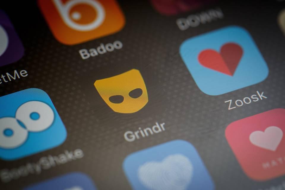 Tela de celular com ícone do app Grindr