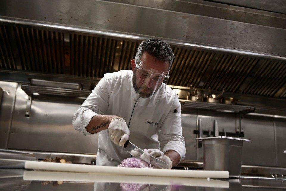 Chef cozinha na Grécia durante reabertura do comércio após isolamento social da pandemia do novo coronavírus