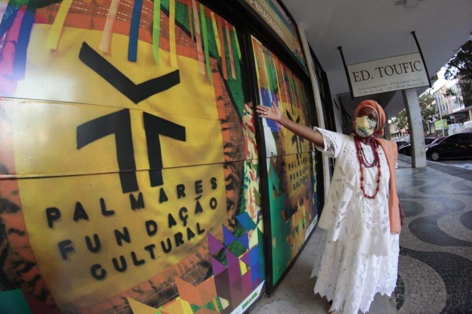 mãe de santo xingada por presidente da Fundação Palmares posa em frente à instituição